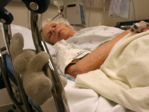 Как перенести больного с переломом шейки бедра