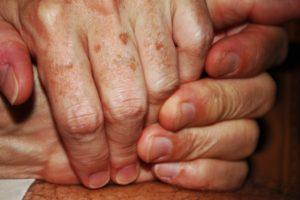Красные пятна пальцах рук и между ними как лечить?