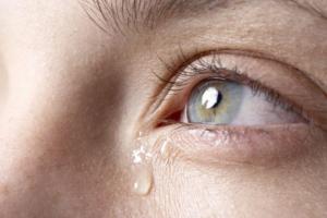 Красные глаза и течет слеза